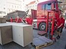 Technici odstranili z prostranství před Veletržním palácem v Praze sousoší...