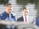 Policisté přivádějí Davida Ratha k Okresnímu soudu pro Prahu-východ. (20. srpna