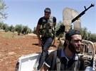 Syrští povstalci na hlídce před městem Azaz na severu země (21. srpna 2012)