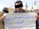 """Syrský novinář ještě v Qámišlí drží nápis """"Není vězení, které by uvěznilo"""