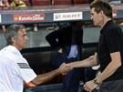 ZDRAV�M. Jos� Mourinho, tren�r Realu Madrid (vlevo) se zdrav� p�ed z�pasem s