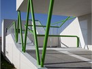 Dům rámuje zelené zábradlí, které do budoucna bude sloužit i jako úpony pro