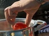 Rajčata  nakrojte do křížku a vhoďte do vařící vody.