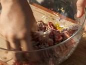 Směs masa s dalšími ingredincemi pořádně promíchejte...
