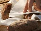 Přebytečný tuk z opečeného masa nechte vsáknout do kuchyňského ubrousku.