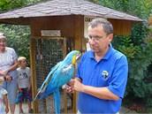 Ředitel chlebské zoo René Franěk s papouškem ara, který je zvyklý na přímý