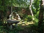 V lesíku čtenář vybudoval malou jeskyni  (grottu) inspirovanou zahradním uměním