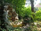 V lesíku čtenář před čtyřmi lety vybudoval jeskyňku z opukových kamenů a mechu.