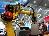 Průmysloví roboti patří ke standardnímu vybavení všech továren - zde robotická