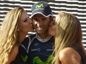 KRÁSNÁ CHVÍLE. �pan�lský cyklista Alejandro Valverde p�ijímá gratulace za výhru