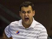 Trenér české basketbalové reprezentace Pavel Budínský slaví jede z košů svého týmu.