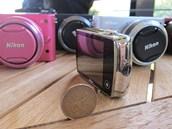 Nikon Coolpix S01 má na zadní straně displej a pouze jedno tlačítko, které je