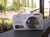 Nikon Coolpix S800c vypadá na první pohled jako běžný fotoaparát. Co se skrývá