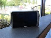 Nikon u fotoaparátu s Androidem Coolpix S800c nerezignoval na fyzická tlačítka..