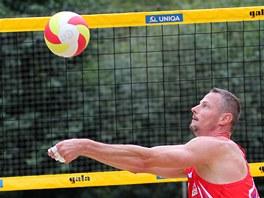Český beachvolejbalista Přemysl Kubala nahrává při zápase v Brně.