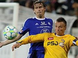 SOUBOJ KAPITÁNŮ. Jihlavský Stanislav Tecl (ve žlutém) si kryje míč před Alešem
