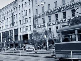 """Nápis """"Se Sovětským svazem na věčné časy"""" na budově obchodního domu Diamant v"""