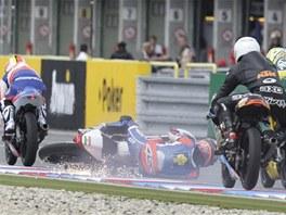 PÁD PŘED HLAVNÍ TRIBUNOU. Miroslav Popov se neúspěšně popral se svou motorkou