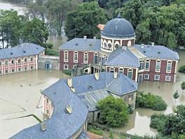 P�ed deseti lety zatopily povodn� cel� are�l z�mku. Po �ece tam krom� bahna