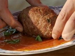 ...na omáčku sugo na talíři přikápněte trochu olivového oleje, přidejte pár...