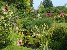 Největší jezírko na zahradě. Díky jednoduchému vodotrysku je o něm vědět, i