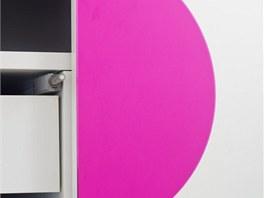 Detail dveří skříně - dotykový systém otvírání