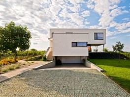 Základní hmotu domu tvoří dva kvádry, které vymezují jednotlivá podlaží.