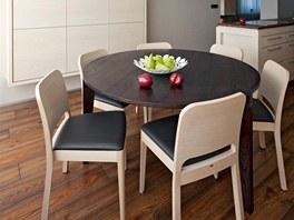 Kuchyň přechází v jídelní kout. Židle jsou z produkce české firmy Ton a splňují