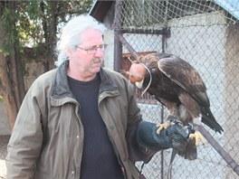 Vedoucí ruzyňských sokolníků Jan Marek s orlem skalním