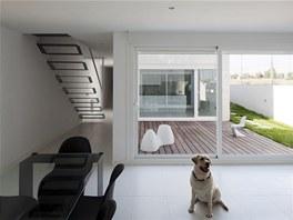 Architekti na přání majitelů do domu navrhli jen jediný kus nábytku - skleněný