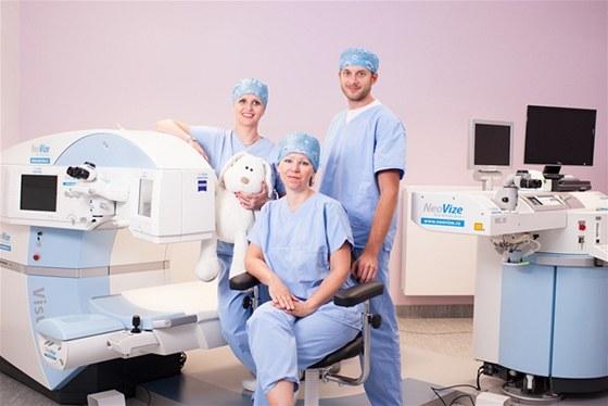 Zákrokový sál na Oční klinice NeoVize.  zleva:  Visumax, MUDr. Kristina