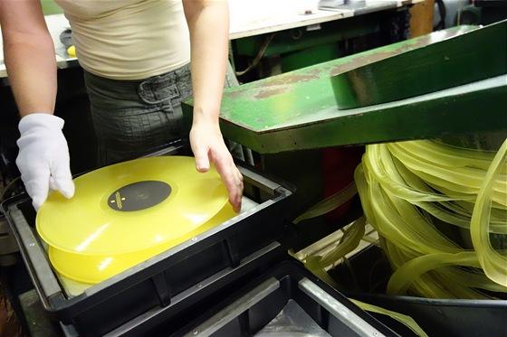 A je hotovo. Desku už stačí jen zabalit, vybalit a vložit do gramofonu. V pravo