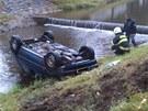 Auto v Rychnově sjelo do koryta řeky a převrátilo se na střechu.