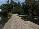 Nízká hladina řeky Moravy je dobře patrná například na jezu u Řimic na