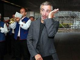 Petr Vacek si utírá slzu dojetí při pohřebním ceremoniálu.