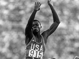 Americk atlet Carl Lewis zskal na olympijskch hrch v Los Angeles 1984 zlato