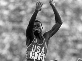 Americk� atlet Carl Lewis z�skal na olympijsk�ch hr�ch v Los Angeles 1984 zlato