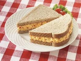 Svačina do školy: chléb s tvarohovou pomazánkou s paprikou a vejci