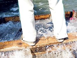 Voda na palubě Zvedněte nohy, řekl nám najednou kapitán a po palubě se přehnala...