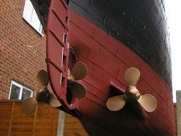 Kýl lodi působí i na modelu naprosto monumentálně.