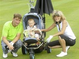 Kate�ina Sto�esov� si nechala golfov� voz�k zkombinovat s ko��rkem pro dceru.