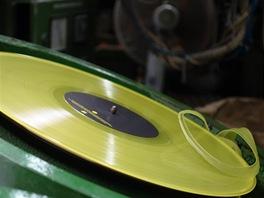 """Odříznutí """"límečku"""" z přebytečného vinylu."""