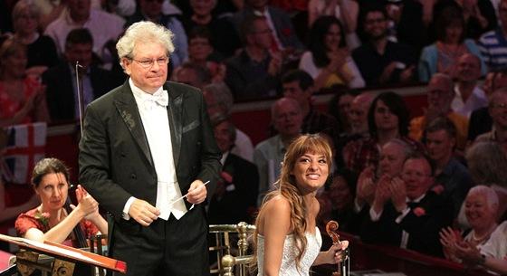Dirigent Jiří Bělohlávek a skotská houslistka Nicola Benedettiová (bílé šaty)