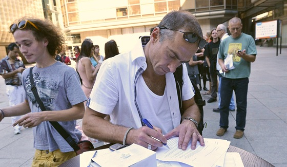 Um�leck� ��f Baletu N�rodn�ho divadla Petr Zuska podepisuje text petice na