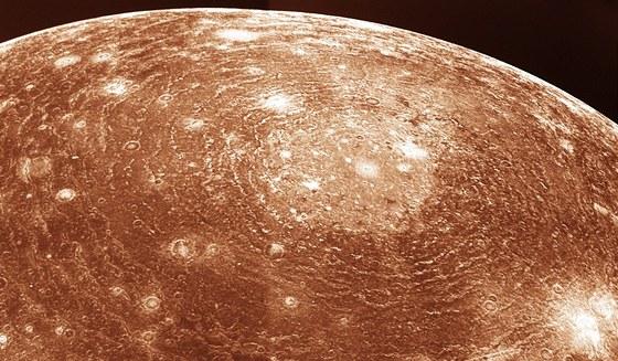 Obrovsk� kr�ter Valhalla na Jupiterov� m�s�c� Callisto, tak� objeven� Voyagery