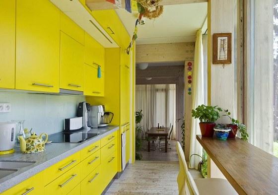 Kuchyň je vybavena malým stolováním. Žlutá linka z lakovaných MDF desek je