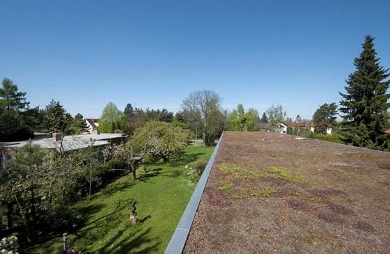 To, co stavba zabrala zeleni a trávníku, se vrátilo pomocí zelené střechy.