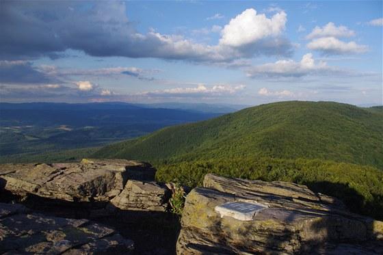 Výhled ze Sninského kamene na vrch Nežabec (1 023 m) a Bieszczady