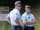 Francouzští policisté vyšetřují raždu u jezera Annecy.