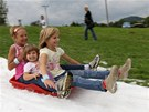 Děti se proháněly na dvacetimetrové sněhové dráze.